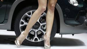 Modelka pozuje obok Fiata 500L Trekking