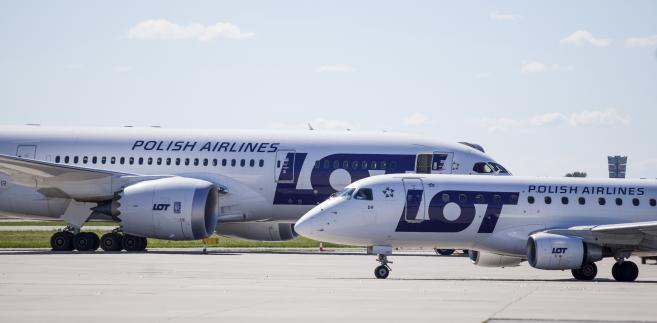 Samoloty należące do PLL LOT na warszawskim lotnisku Okęcie.