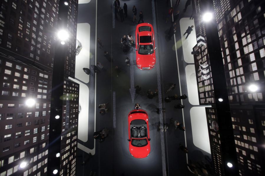 Międzynarodowa wystawa aut Frankfurt International Motor Show 2013 w obiektywie Jasona Aldena. Na zdjęciu samochody marki Audi obijające się w lustrzanym suficie hali wystawowej. Organizowana w Niemczech wystawa jest największą tego typu imprezą motoryzacyjną w Europie. Fot. Bloomberg's Best Photos 2013