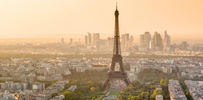 Wieża Eiffel'a z dzielnicą La Defense w tle