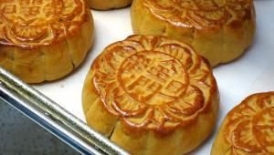 Księżycowe ciasteczka, tradycyjny podarunek w Chinach podczas Święta Środka Jesieni. Autor: Atlasin, na licencji CC BY 2.0
