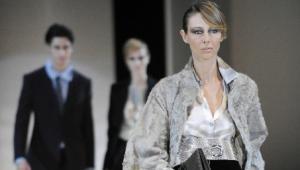 Kolekcje Giorgio Armaniego teraz do kupienia takze w sklepie internetowym. Fot. Bloomberg