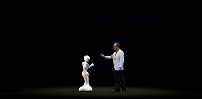 Miliarder Masayoshi Son, prezes SoftBanku, podczas konferencji prasowej prezentuje możliwości robota Pepper