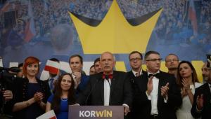 Janusz Korwin-Mikke w swoim sztabie podczas wieczoru wyborczego w Warszawie