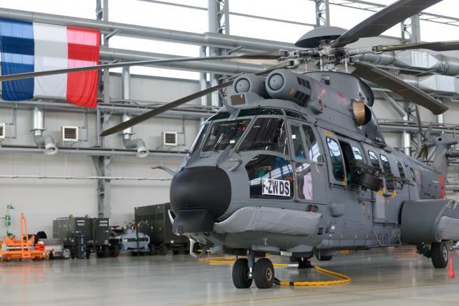 Śmigłowiec EC-725 Caracal w 33 Bazie Lotnictwa Transportowego w Powidzu na terstach (jk/mr) PAP/Jakub Kaczmarczyk