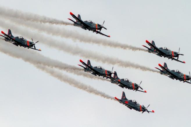 Pokaz grupy Orlik Team podczas Międzynarodowych Pokazów Lotniczych Air Show 2015 w Radomiu  <br><br>fot. (mr) PAP/Michał Walczak