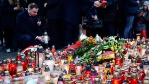 Prezydent Andrzej Duda zapala znicz przed Ambasadą Republiki Francuskiej w Warszawie