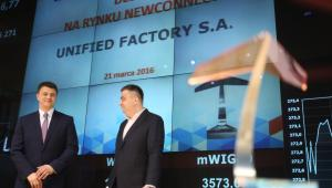 Prezes zarządu Unified Factory S.A. Maciej Okniński (L) oraz przewodniczący rady nadzorczej Cezary Nowosad (P) w trakcie debiutu spółki na rynku NewConnect warszawskiej Giełdy Papierów Wartościowych, 21 bm. (kru) PAP/Leszek Szymański