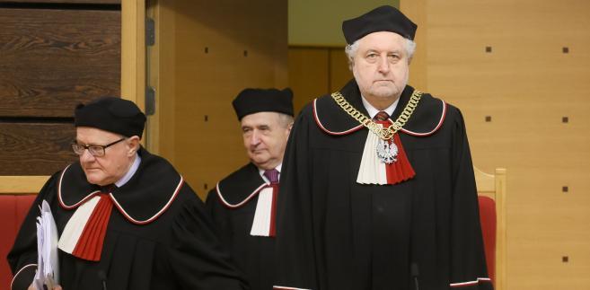 Przewodniczący TK Andrzej Rzepliński oraz sędziowie Stanisław Biernat i Leon Kieres, podczas rozprawy przed Trybunałem Konstytucyjnym