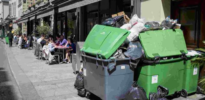 Na ulicach Paryża piętrzą się góry śmieci. Francuscy śmieciarze strajkują EPA/JEREMY LEMPIN Dostawca: PAP/EPA.