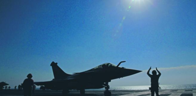 """Francuski lotniskowiec Charles de Gaulle wróci jesienią do walki z ISI w ramach operacji """"Chammal"""" CHRISTOPHE ENA/AP"""