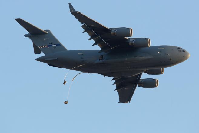 Żołnierze ze 173. Powietrznodesantowej Brygadowej Grupy Piechoty Armii USA wykonują desant na Pustynię Błędowską z Boeinga C-17 Globe Master,  fot.  (sr/zuz) PAP/Stanisław Rozpędzik
