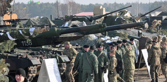 Polscy i amerykańscy żołnierze w Żaganiu