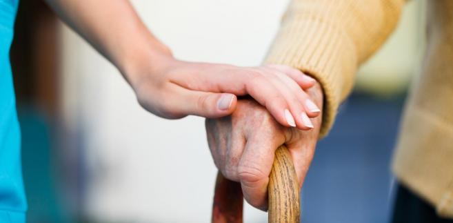 """""""Można się zastanawiać, gdzie jest się bardziej zniewolonym: w Polsce zarabiając 1,5 tys. zł czy w Niemczech, gdzie jako opiekunka osób starszych można zarobić około 5 tys. zł"""" - mówi Anna Wiatr."""