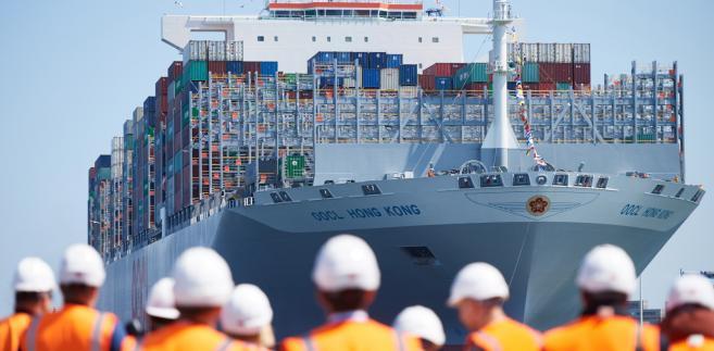 Gdańsk, 28.06.2017. Największy statek kontenerowy na świecie OOCL Hong Kong wpływa do gdańskiego terminala kontenerowego DCT, 28 bm.