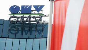 Logo austriackiego koncernu paliwowego OMV i flaga Austrii w siedzibie głównej firmy w Wiedniu, 27.01.2016