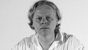 """Krzysztof Paweł Bogocz reżyser i dokumentalista, producent i scenarzysta, muzyk i kompozytor. Jeden z najbardziej utytułowanych twórców wideoklipów (m.in. dla Dżemu, SBB, Izraela, Pogodno, Homo Twist, Łez, Püdelsów, Negatywu, IRA, Agressivy 69, Kazika Staszewskiego, Lecha Janerki, Big Cyca). Kilka dni temu miała miejsce premiera jego kolejnego filmu pt. """"Happy Olo"""", o Aleksandrze Dobie, kajakarzu, który trzy razy przepłynął Atlantyk fot. www.chwalabohaterom.eu"""