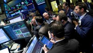 Maklerzy na nowojorskiej giełdzie NYSE pilnują kursów akcji,Treasuries i złota.