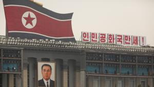 Portret Kim Ir Sena wisi przy placu jego imienia w Pjongjangu