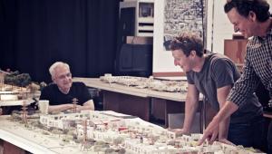 Facebook zatrudnił srchitekta światowej sławy do zaprojektowania swojej nowej siedziby. Na zdjęciu trawają pracę nad koncepcją