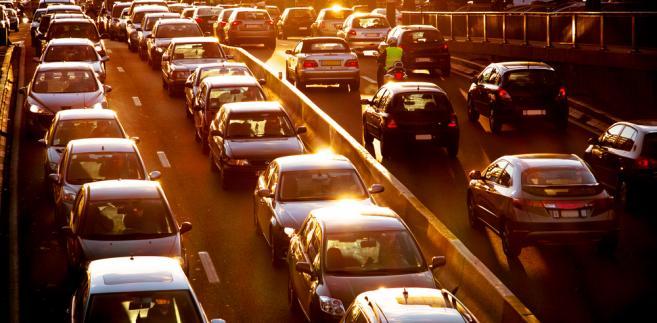 Młody kierowca nie będzie mógł przekraczać 50 km/h na obszarze zabudowanym, 80 km/h poza obszarem zabudowanym oraz 100 km/h na autostradzie i drodze ekspresowej dwujezdniowej.