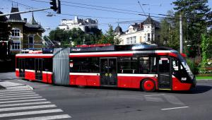 Solaris Trollino 18 MetroStyle w barwach Salzburger Lokalbahnen na tle Twierdzy Hohensalzburg. Fot. Archiwum Cegelec