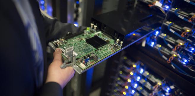 Pracownik wyjmujący procesor w serwerowni nowego centrum przechowywania danych Facebook w pobliżu koła podbiegunowego w szwedzkiej miejscowości Lulea, 12. czerwca 2013.