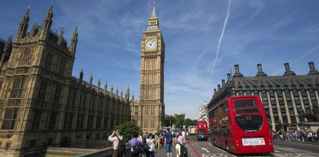 Big Ben i charakterystyczny czerwony autobus na ulicach Londynu