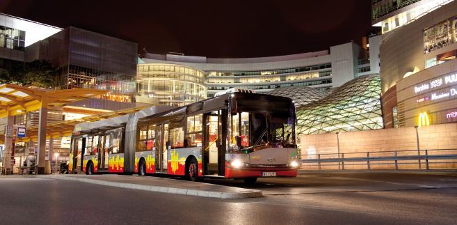 Hybrydowy autobus Solaris Urbino 18 Allison w centrum Warszawy. Fot. materiały prasowe Soalris