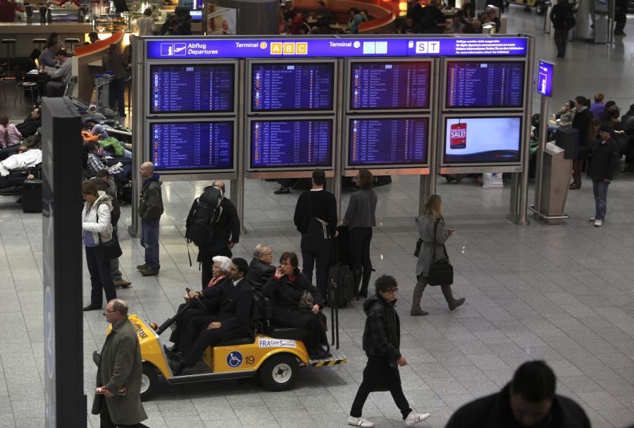 Pasażerowie na lotnisku we Frankfurcie w Niemczech