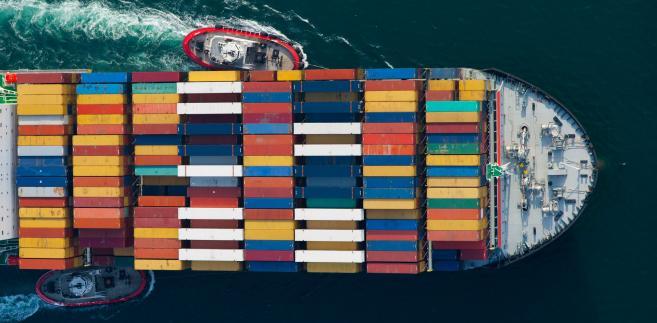 Kontenerowiec linii Mediterranean Shipping  w asyście holowników wpływa do portu Long Beach w Kalifornii w USA. Fot. Tim Rue, Bloomberg's Best Photos 2013.