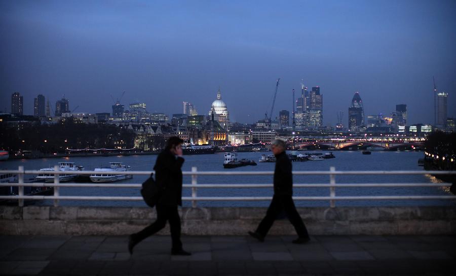 Przechodnie na moście Waterloo w Londynie