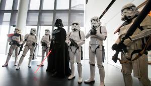 Aktorzy ubrani w stroje z filmu Gwiezdne Wojny na otwarciu centrum Lucasfilm w Singapurze