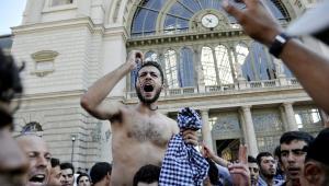 Protest imigrantów przed dworcem Keleti w Budapeszcie.