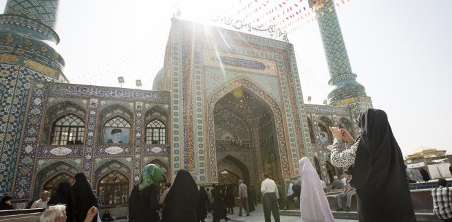 Turyści przed meczetem Emamzade w Teheranie. Iran, 23.08.2015