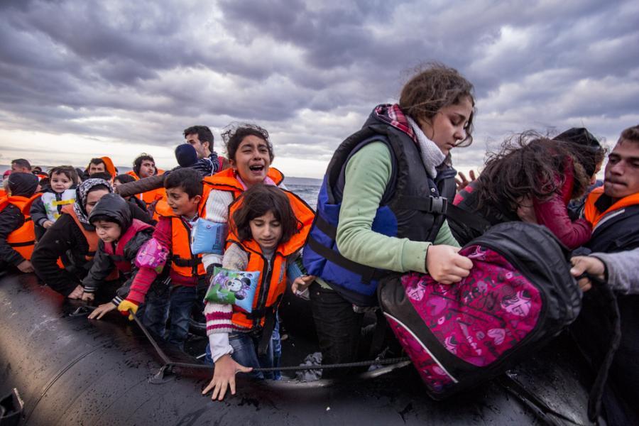 Syryjscy imigranci przybywają na grecką wyspę Lesbos / Nicolas Economou / Shutterstock.com