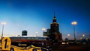 Scania pod brandem SuperPKS w centrum Warszawy. W ramach tego projektu jeżdżą też Volvo i Mercedesy