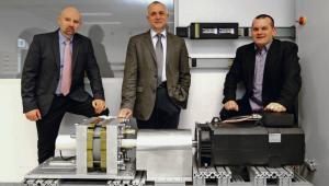 Od lewej: dr inż. Piotr Paplicki, prof. dr hab. Ryszard Pałka i dr inż. Marcin Wardach fot. Andrzej Szkocki