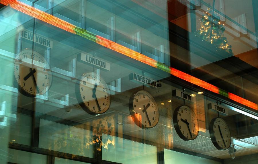 Zegary wewnątrz Giełdy Papierów Wartościowych w Warszawie. Fot. materiały GPW