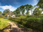 <strong>Wieś Kluki</strong> <br></br> Kluki to dawna wieś słowińska w powiecie słupskim, w gminie Smołdzino, na Wybrzeżu Słowińskim i nad jeziorem Łebsko (obszar Słowińskiego Parku Narodowego). <br></br> Osada została założona w XVI w. jako wieś Otok (Wottok, Wittock). Pod koniec XVIII w. wieś rozbudowano i zmieniono nazwę na Kluki (od nazwiska pierwszych mieszkańców). Jednocześnie wieś rozbudowała się na południe, dając początek nowym osadom (dziś nieistniejącym): Kluki Ciemińskie, Kluki Żeleskie i Pawełki. <br></br> Do dziś zachowały się tu unikatowe chałupy ryglowe kryte strzechą lub gontem. Do początku lat 70. ubiegłego wieku wieś zamieszkiwała autochtoniczna ludność pochodzenia słowińskiego. Dzisiaj pozostało zaledwie kilku autochtonów. <br></br>