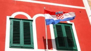 Chorwacja - flaga na fasadzie budynku