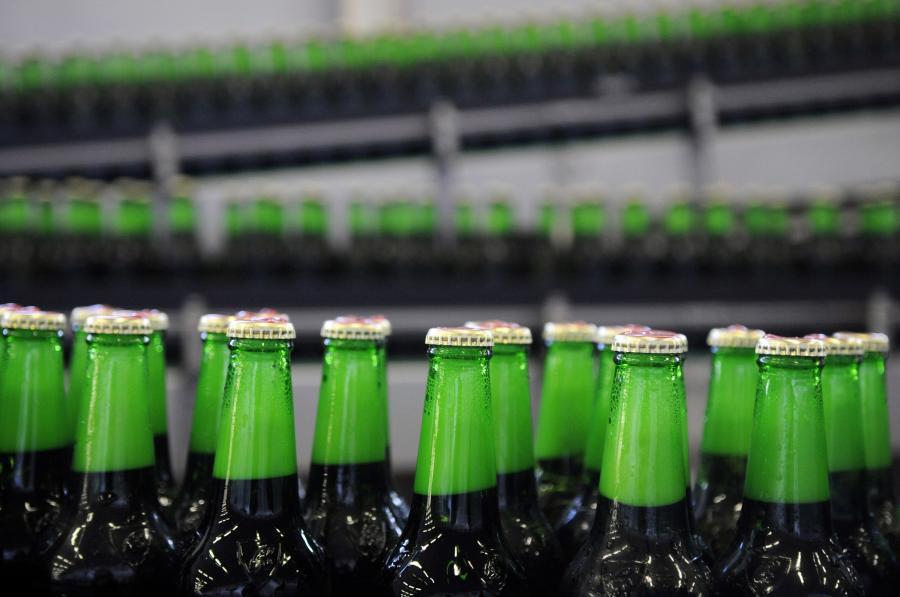Butelki piwa w browarze