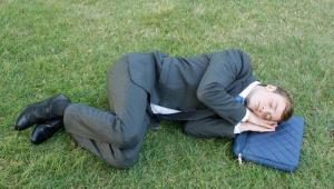 Mężczyzna śpiący w parku